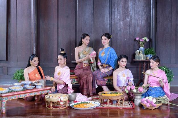 Retrato de modelo tailandês em traje tailandês da época