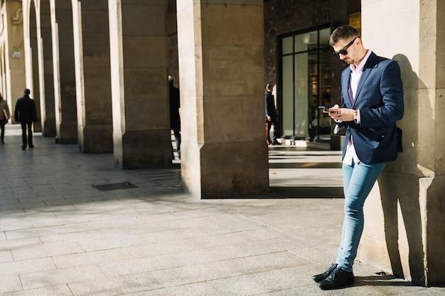 Retrato, de, modernos, homem negócios, ao ar livre