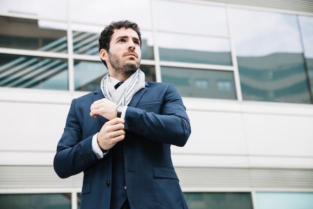 Retrato, de, modernos, homem negócios, frente, predios