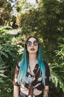Retrato, de, modernos, mulher jovem, desgastar, óculos de sol