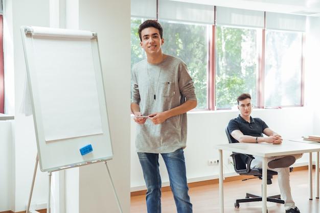 Retrato, de, morena, e, menino sorridente, em, escritório