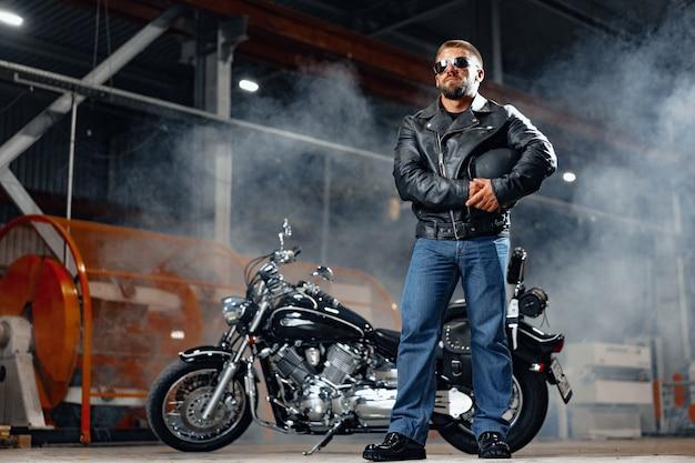 Retrato de motociclista em roupa de couro preto