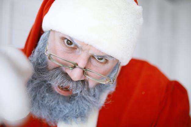Retrato de muito feliz santa claus.funny santa. férias de natal temáticas e natal de ano novo de inverno estão chegando!