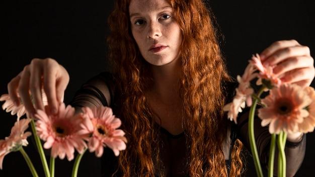 Retrato de mulher adulta com flores coloridas