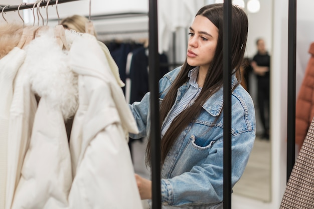 Retrato de mulher adulta de compras