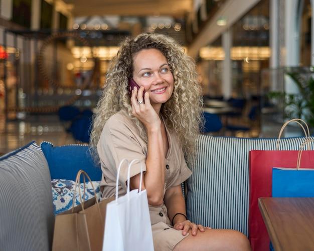Retrato de mulher adulta falando ao telefone