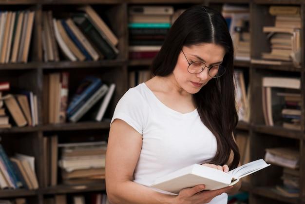 Retrato de mulher adulta, lendo um livro
