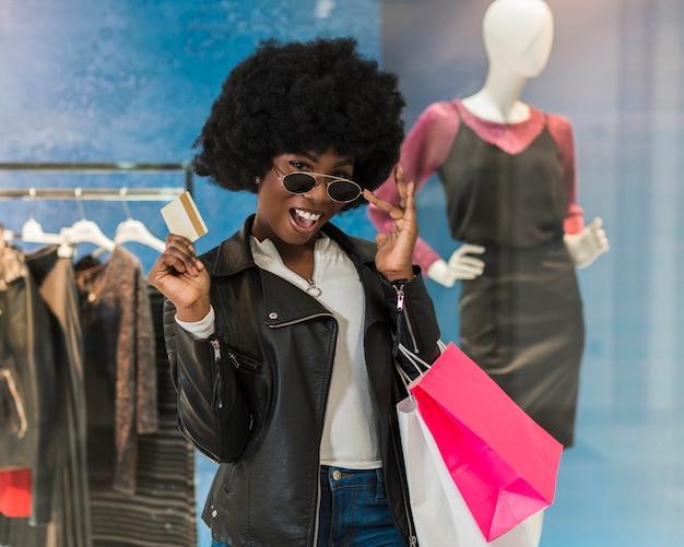 Retrato de mulher adulta posando com sacolas de compras