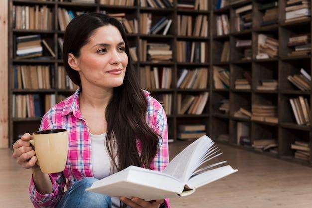 Retrato de mulher adulta, segurando um livro