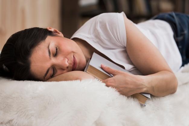 Retrato de mulher adulta tirando uma soneca