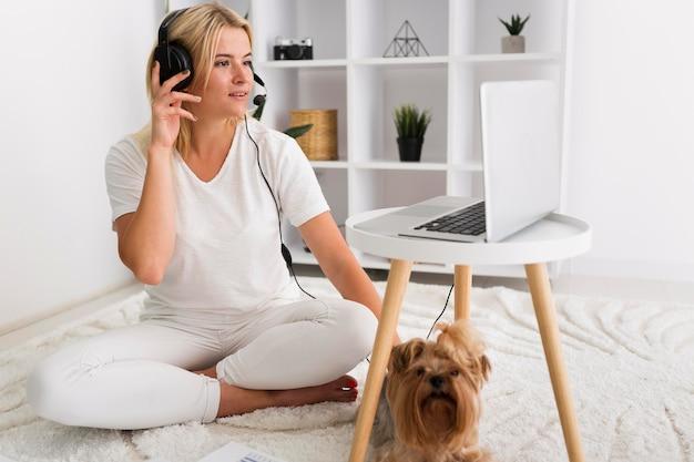 Retrato de mulher adulta trabalhando em casa