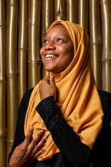 Retrato de mulher africana feliz olhando para cima