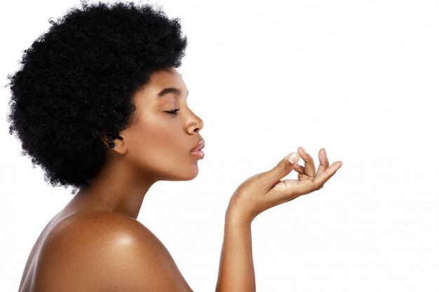 Retrato de mulher africana jovem e bonita