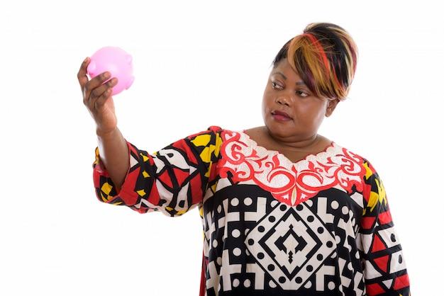 Retrato de mulher africana segurando o cofrinho