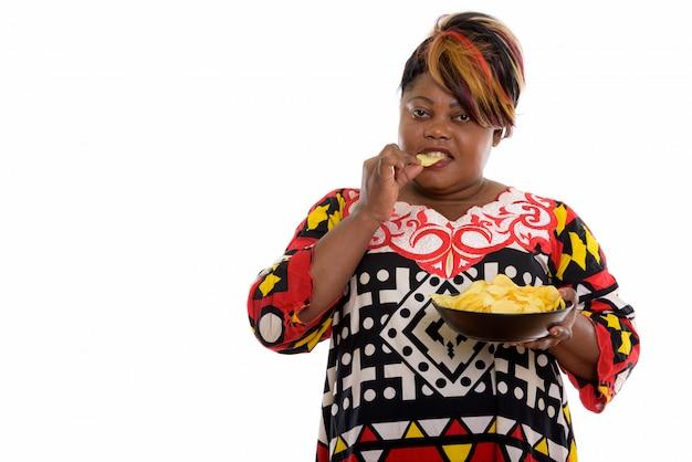 Retrato de mulher africana segurando uma tigela de batatas fritas