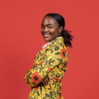 Retrato de mulher africana sorridente com casaco floral