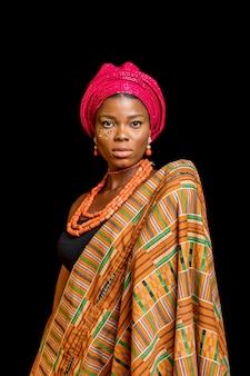 Retrato de mulher africana usando acessórios tradicionais e posando