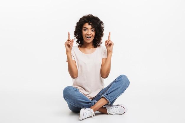 Retrato de mulher afro-americana jovem alegre