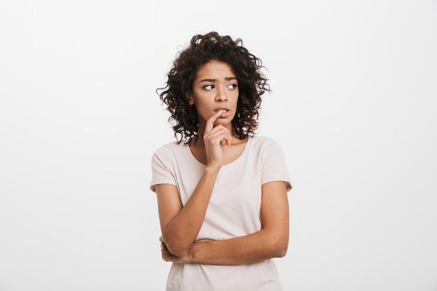 Retrato de mulher afro-americana jovem pensativa