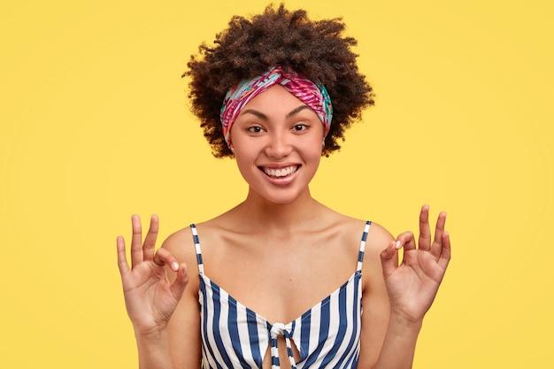 Retrato de mulher afro-americana posando