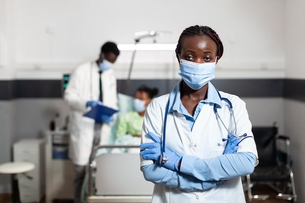 Retrato de mulher afro-americana trabalhando como médica