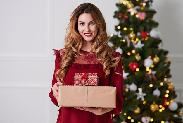 Retrato de mulher alegre com presentes