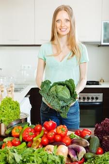 Retrato de mulher alegre com vegetais crus