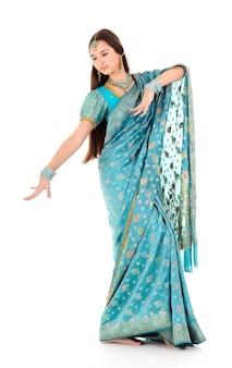 Retrato de mulher alegre, posando em roupas indianas tradicionais, mostrando o movimento de dança. isolado em fundo branco