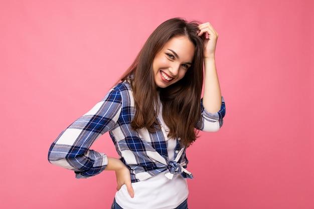 Retrato de mulher alegre positiva na moda com roupa hipster isolada em rosa