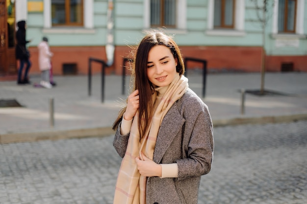 Retrato de mulher andando na rua