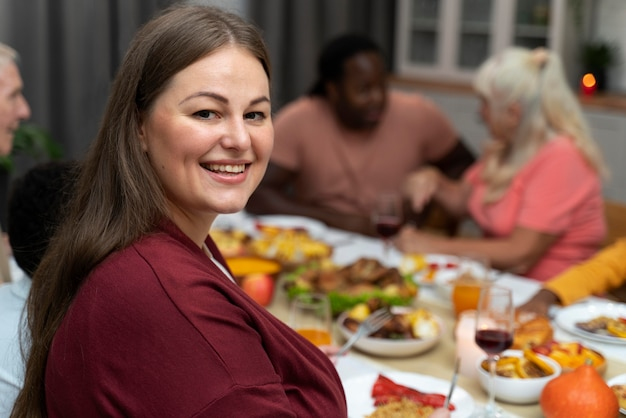 Retrato de mulher ao lado de sua família no dia de ação de graças