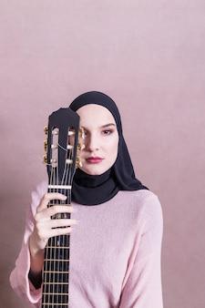 Retrato, de, mulher árabe, com, guitarra