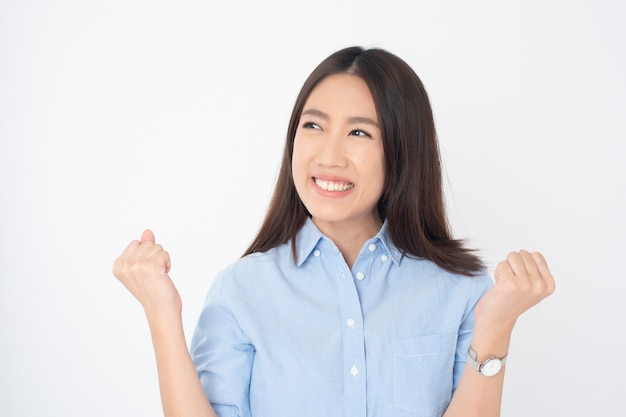 Retrato de mulher asiática atraente na parede branca