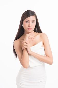 Retrato de mulher asiática bonita com cabelo longo e reto