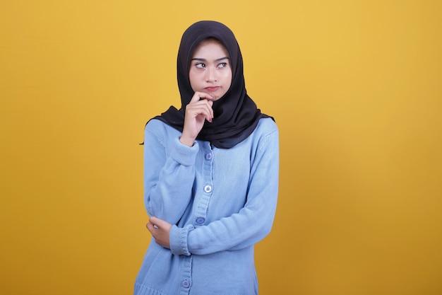 Retrato de mulher asiática bonita usando gesto de carranca hijab preto