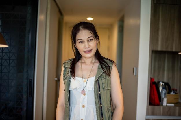 Retrato de mulher asiática de 40 anos.
