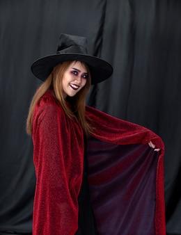 Retrato de mulher asiática em pano de halloween