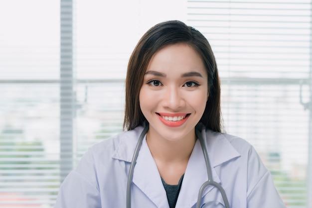 Retrato de mulher asiática médico médico