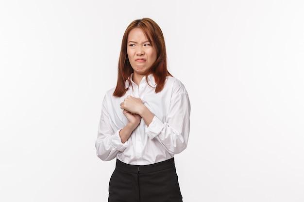 Retrato de mulher asiática relutante fazendo careta e olhando para longe com desprezo e aversão, aversão expressa, enojado depois de tocar em algo feio e ruim, descontente