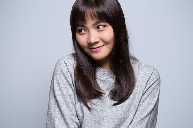 Retrato de mulher asiática tímida