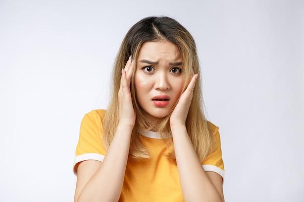 Retrato de mulher asiática triste chorando, pensativa, louca, louca