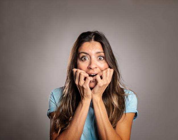 Retrato de mulher assustada em cinza