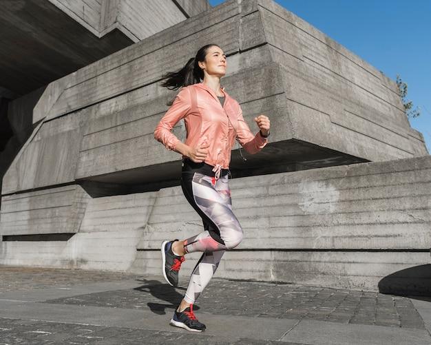 Retrato de mulher ativa correndo