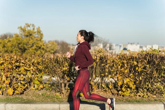 Retrato de mulher ativa, correr ao ar livre