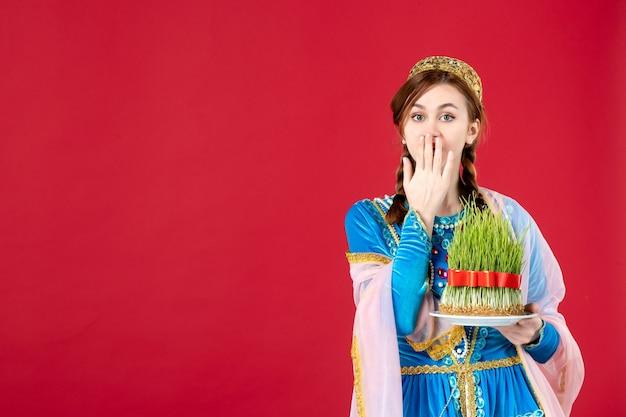 Retrato de mulher azeri em vestido tradicional com sêmen no vermelho