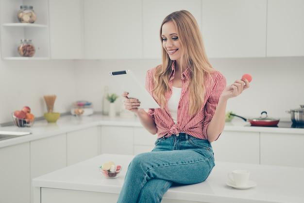 Retrato de mulher bebendo chá e comendo biscoitos