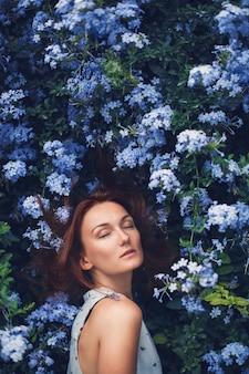Retrato de mulher beleza na natureza em fundo de flores