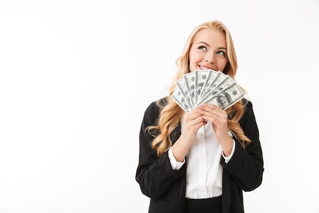 Retrato de mulher bem-sucedida, vestindo roupas de escritório, segurando um leque de dinheiro, isolado