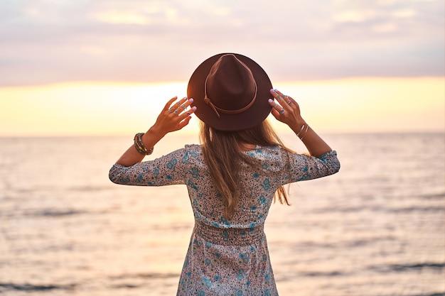 Retrato de mulher boho chic usando chapéu