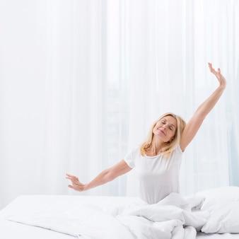 Retrato de mulher bonita, acordando de manhã